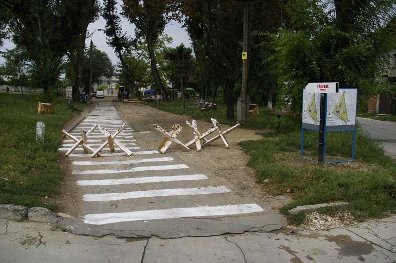 4_Defensive-pOm-by-Angela-CANDU-Pedestrian-crossing-by-Max-CUZMENCO-and-Tatiana-MIRON_IMGP3284_edit_web
